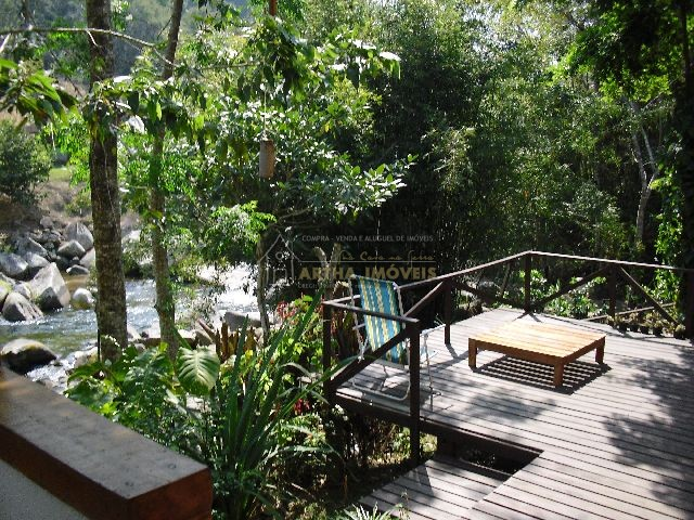 Luimar temporada casa com deck para poço de rio Macaé particular, casa equipada, lindo jardim gramado com córrego límpido