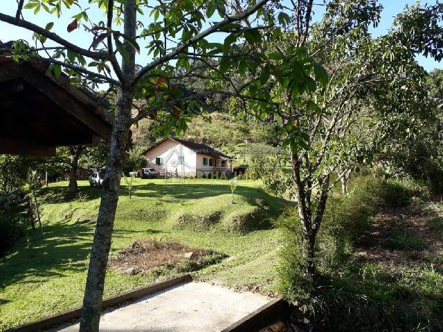 Sitio encantador, casa grande simples ampla, com 3 quartos riacho area de plantio e fruteiras