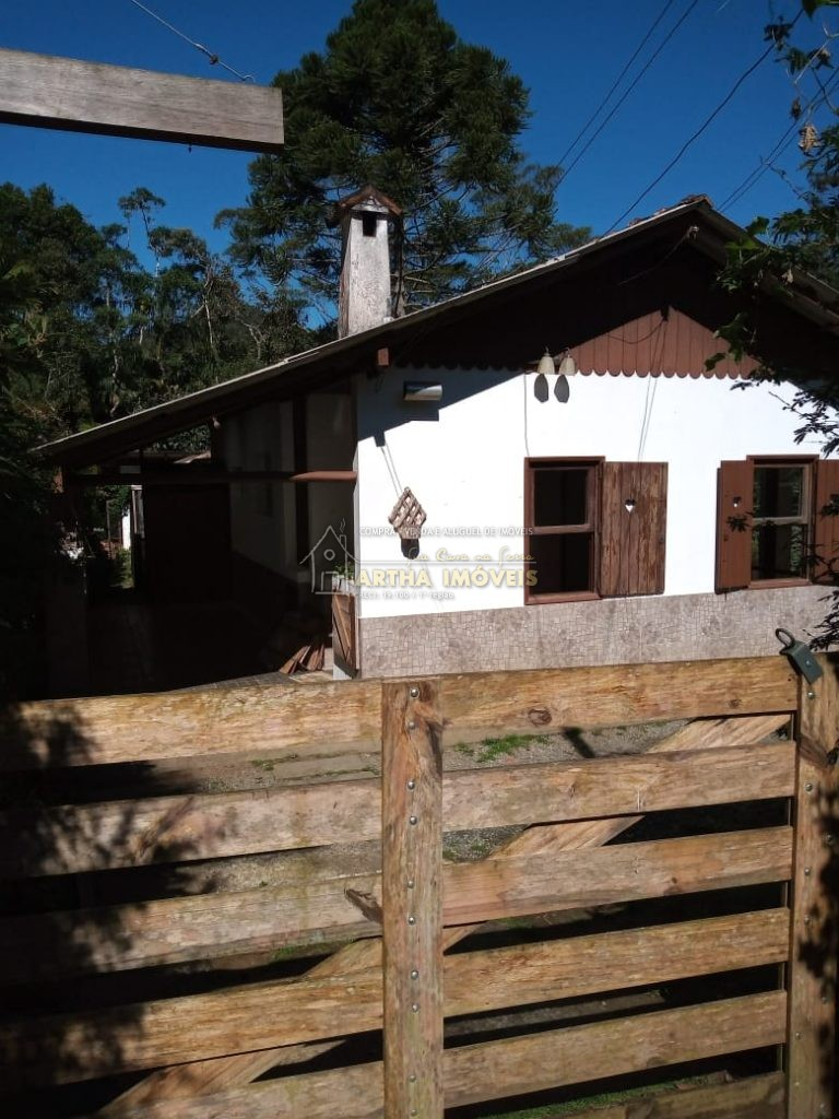 Lindo pequeno chale, sala com pequena lareira em local arborizado, com 1.000m terreno, legalizado pode financiar